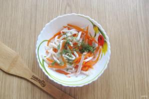 Салат с кальмарами и маринованным луком - фото шаг 12