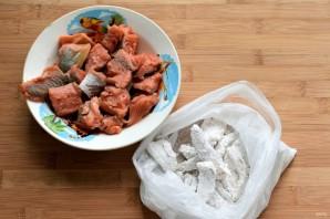 Рыба, запеченная в сметане с морковью - фото шаг 4
