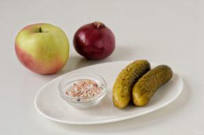 Салат с яблоками и солеными огурцами - фото шаг 1