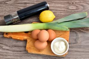 Салат с луком-пореем и яйцом - фото шаг 1