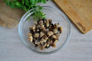 Салат с фасолью, грибами и сухариками - фото шаг 2