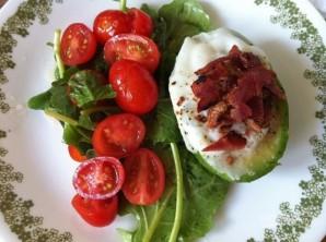 Яйцо в авокадо с беконом - фото шаг 8