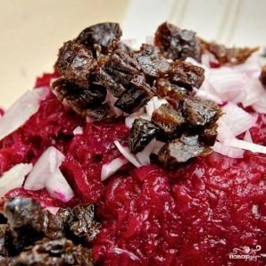 Свекольный салат с черносливом и грецкими орехами - фото шаг 7