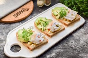 Бутерброды с авокадо и селедкой - фото шаг 5
