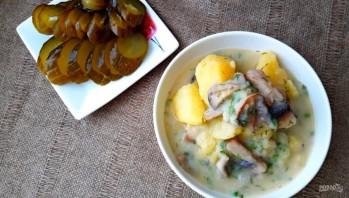 Картофель, тушенный в сметанном соусе с грибами - фото шаг 4