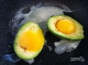 Яйцо в авокадо с беконом - фото шаг 2