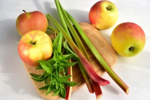 Компот с ревенем и яблоками - фото шаг 1