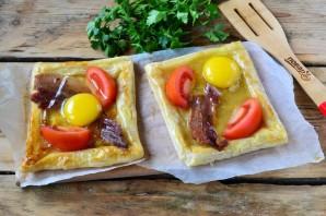 Пикантный слоеный пирог с беконом и глазуньей - фото шаг 4
