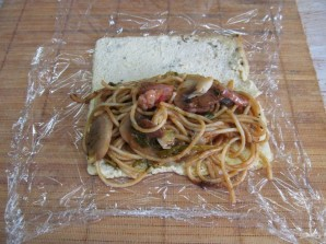 Рулет с грибами и спагетти - фото шаг 9