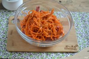 Салат с морковкой и колбасой - фото шаг 3