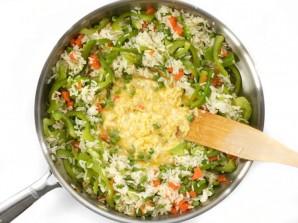 Рис с овощами на сковороде - фото шаг 5