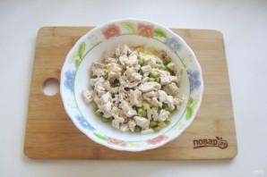 Салат с курицей, горошком и огурцом - фото шаг 6