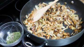 Мясной рулет с грибами - фото шаг 4