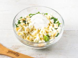 Cалат с листьями салата и яйцом - фото шаг 5