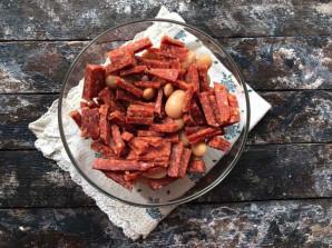 Салат с фасолью и копченой колбасой - фото шаг 3