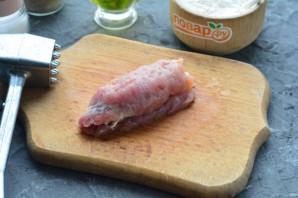 Рулетики из свинины с огурцом - фото шаг 6