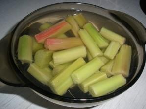 Шарлотка с яблоками и ревенем - фото шаг 1