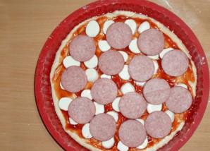 Пицца с колбасой, грибами, помидорами и сыром - фото шаг 4