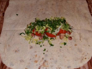 Шаурма с колбасой - фото шаг 9