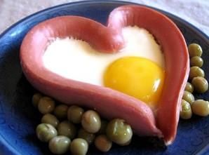 Яичница в сосиске сердечком - фото шаг 4