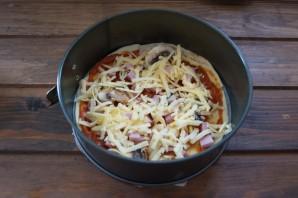 Пицца с шампиньонами, колбасой и сыром - фото шаг 4