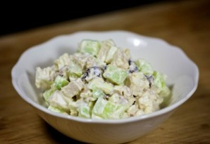 Салат с курицей, черносливом и огурцами - фото шаг 9