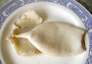 Кальмар, фаршированный грибами и яйцом - фото шаг 1