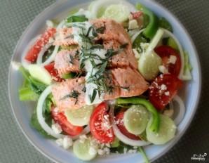 Греческий салат с семгой - фото шаг 9