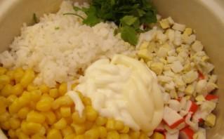 Салат из кукурузы и крабовых палочек по-домашнему - фото шаг 6