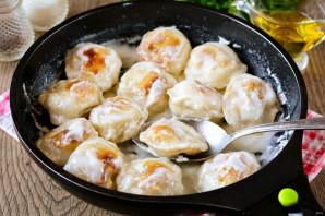 Жареные пельмени со сметаной на сковороде - фото шаг 6