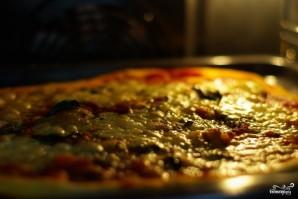 Пицца на тонком тесте - фото шаг 9