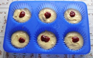 Кексики на кефире в формочках - фото шаг 5