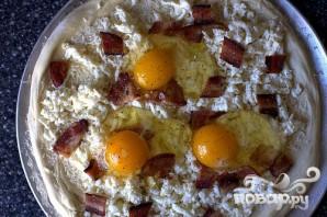 Пицца на завтрак с беконом, сыром и яйцами - фото шаг 3