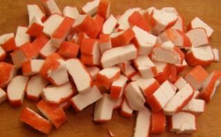 Салат из кукурузы и крабовых палочек по-домашнему - фото шаг 3