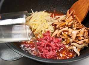 Солянка мясная на сковороде - фото шаг 10