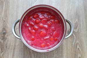 Варенье из клубники с красной смородиной на зиму - фото шаг 9