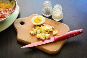 Салат с чипсами, крабовыми палочками и помидорами - фото шаг 2