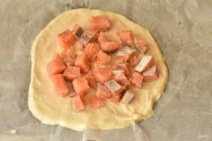 Дрожжевой пирог с красной рыбой - фото шаг 8
