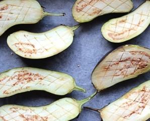 Запеченные баклажаны с йогуртово-чесночным соусом - фото шаг 1