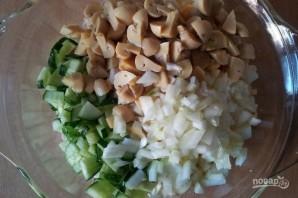 Салат с консервированными шампиньонами - фото шаг 6