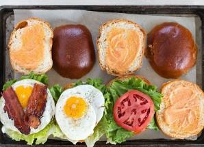 Бургер с овощами, беконом и яйцом - фото шаг 7