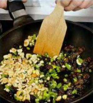 Зелёный салат с орехами и изюмом - фото шаг 3