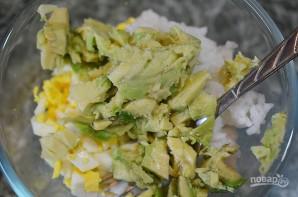 Салат из рыбы в половинках авокадо - фото шаг 3