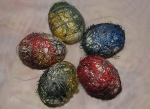 Яйца, крашенные нитками - фото шаг 4