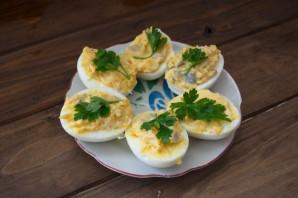 Яйца, фаршированные сельдью - фото шаг 5