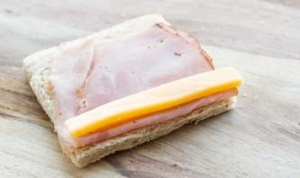 Рулетики с колбасой и сыром - фото шаг 2