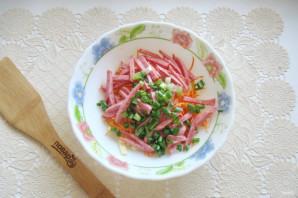 Салат с копченой колбасой, кукурузой и морковью - фото шаг 5