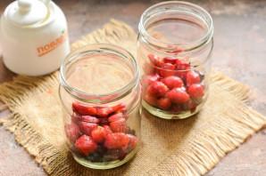 Компот из вишни, клубники и смородины на зиму - фото шаг 4