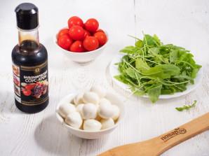 Cалат с рукколой, помидорами черри и моцареллой - фото шаг 1