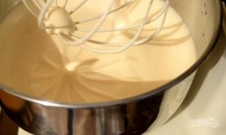 Шарлотка с яблоками и медовым бисквитом - фото шаг 6